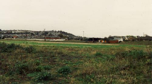 En uiteindelijk bleef er een kale vlakte over. Tegenwoordig staan er huizen op deze eens sacrale plek.